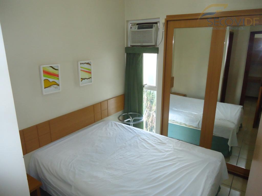 sala com armários, quarto com armário e ar condicionado, banheiro social, cozinha estilo americana, com bancada...