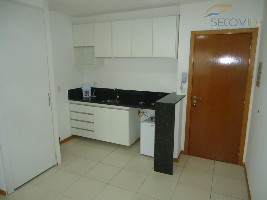 sala, cozinha americana com armários com fogão cooktop, frigobar, quarto com armários, banheiro social com armário...