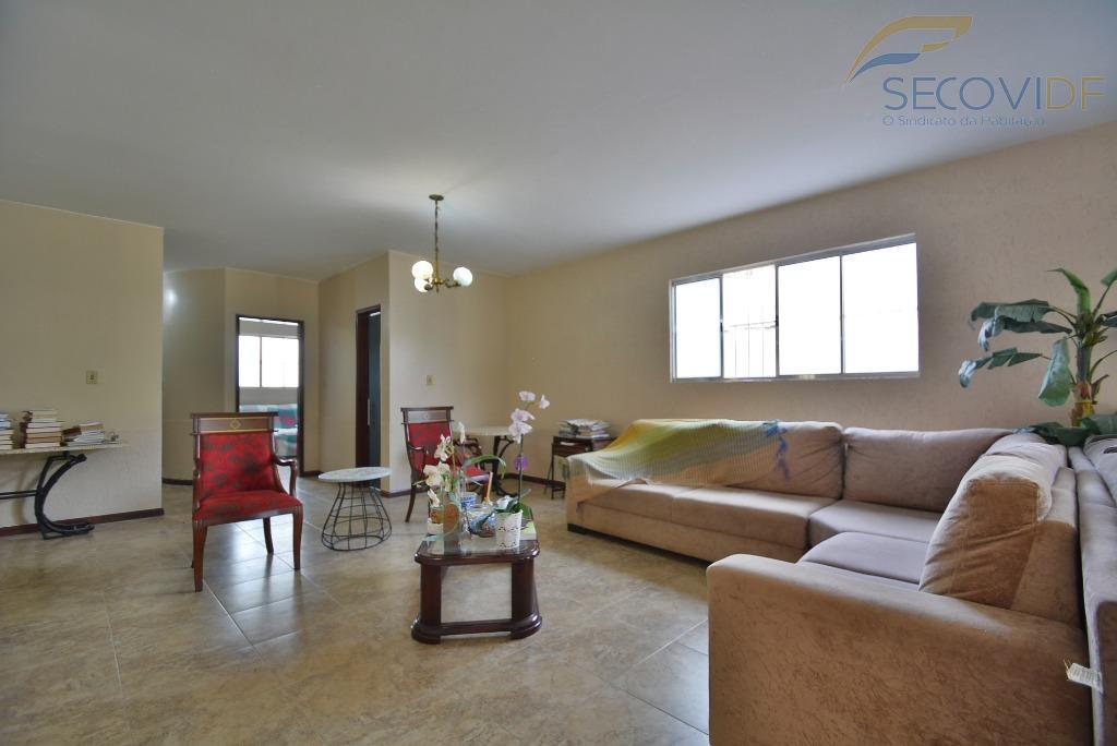 ótima casa térrea na área mais tranquila do lago norte, a casa bastante clara, espaçosa e...