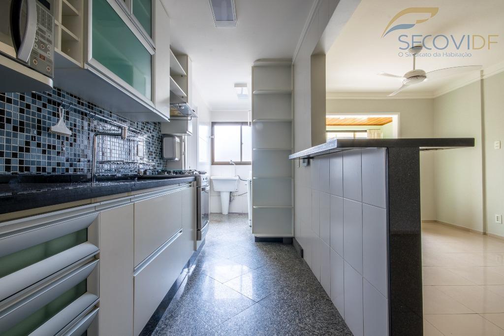 sqn 311 - asa nortesala ampla com varanda, 02 quartos com armários e ar condicionado, cozinha...