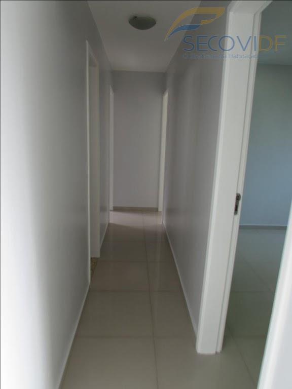 sqn 408 - asa norteapartamento totalmente reformado, vazado, composto de sala ampla com varanda fechada em...