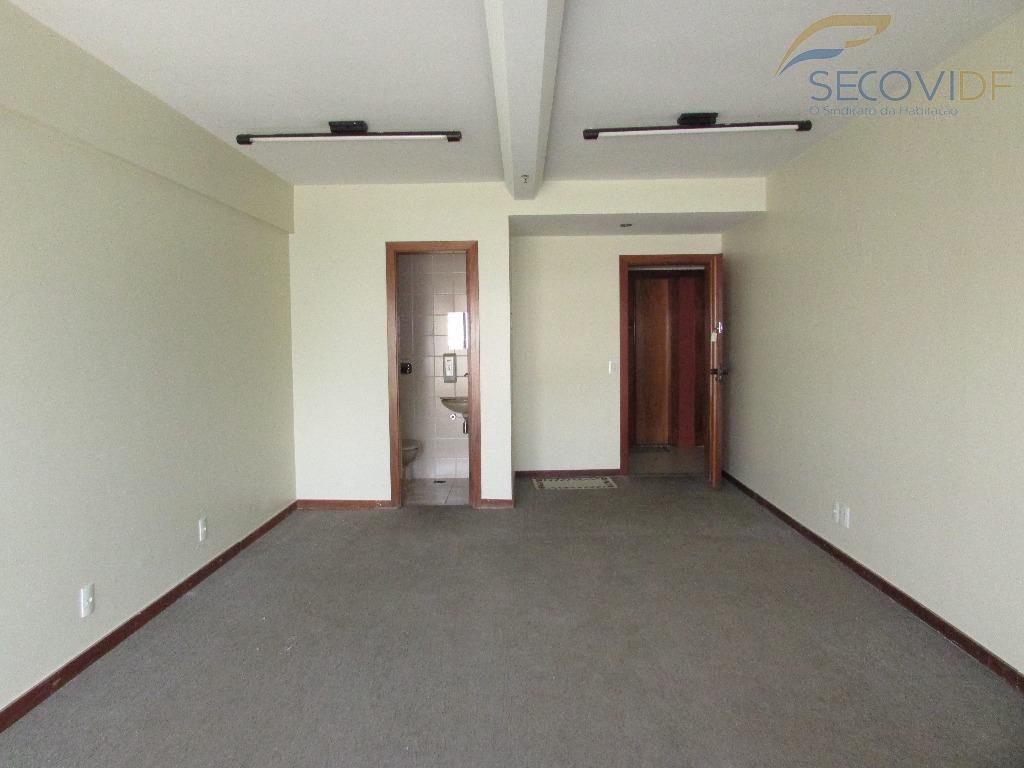 sala com armário e banheiro. piso em carpete. vista livre.desocupada!!agende sua visita!!