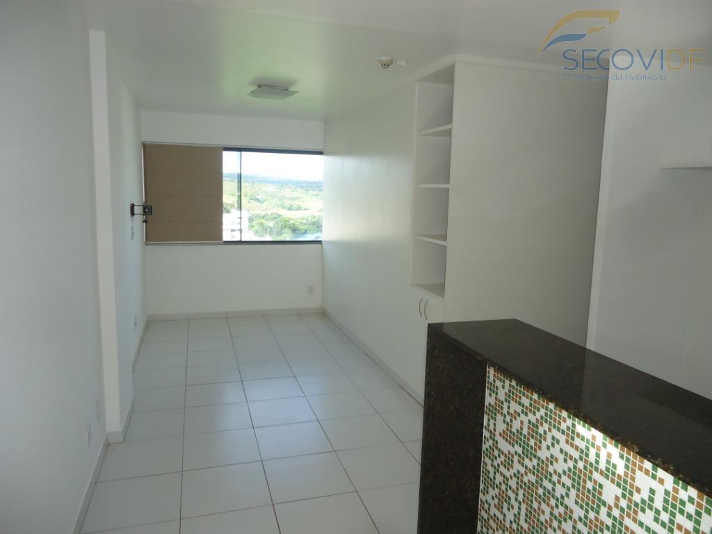 kit composta de sala, cozinha com balcão em granito, armários, fogão, sugar, quarto com armário e...