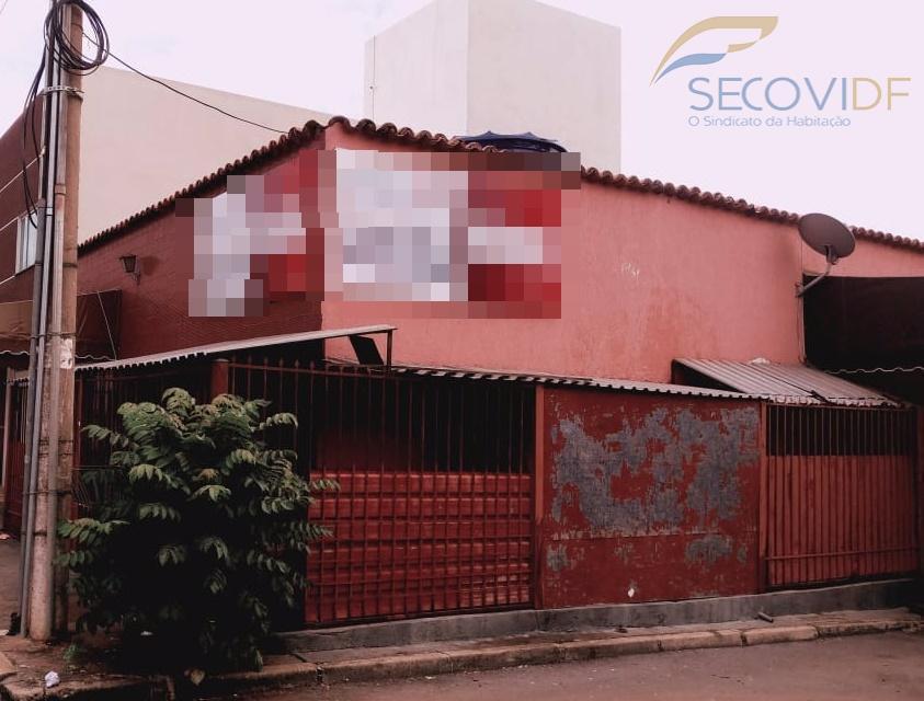shcgn 715, asa norte - brasília casa térrea de esquina composta por 3 quartos sendo uma...
